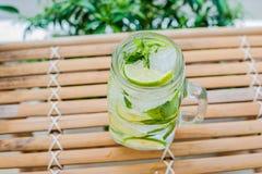 Mojito dans un verre sur une table en bambou Menthe, glace de chaux Photos libres de droits