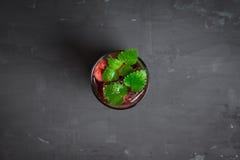 Mojito das cerejas no fundo de madeira Fotografia de Stock Royalty Free
