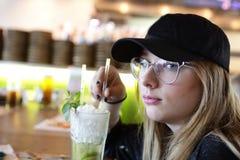Mojito de consumición adolescente Imagen de archivo