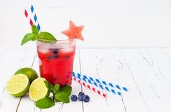 Mojito de myrtille de pastèque Cocktail patriotique de boissons pour le 4ème de la partie de juillet Images libres de droits
