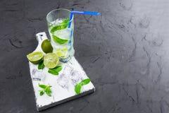 Mojito in den Gläsern, nahe bei Kalk und Minze auf dem Schneidebrett Kopieren Sie Platz stockfotografie