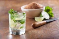 Mojito die in een glas met verpletterde ijs en kalk wordt gediend Stock Foto