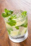 Mojito die in een glas met verpletterde ijs en kalk wordt gediend Stock Afbeeldingen