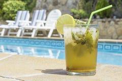 Mojito durch das Pool Lizenzfreies Stockbild