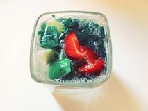 Mojito en chaux, citron, fraise et photo en bon état de cocktail photographie stock libre de droits
