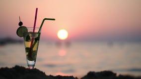 Mojito en la playa en la puesta del sol