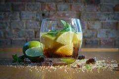 Mojito en un vidrio - fruta cítrica fría de la bebida fotografía de archivo libre de regalías