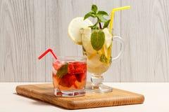 Mojito frío de la limonada con el limón y la menta en un vidrio y un st altos Imagen de archivo