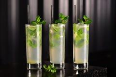 Mojito-Glas auf dunklem Hintergrund Lizenzfreies Stockfoto