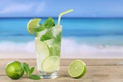 Mojito koktajl na plaży Fotografia Royalty Free