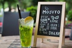Mojito-Kreidebeschriftung Cocktail und Rezept auf der Tafel Lizenzfreies Stockbild
