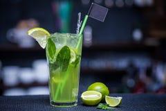 Mojito met kalk op de bar Stock Fotografie