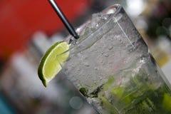Mojito mit nahem hohem des Sodas und des Kalkes Lizenzfreie Stockfotos