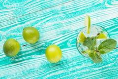 Mojito nos vidros com cubos de gelo Fotos de Stock