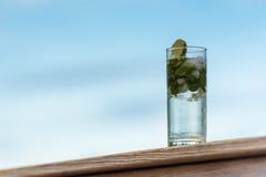 Mojito o bebida de alcohol de la menta en vidrio alto al aire libre Foto de archivo libre de regalías
