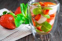 Mojito ou limonade frais de fraise avec la menthe et les gla?ons sur la table en bois fonc?e photographie stock libre de droits