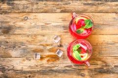 Mojito rosso della limonata della bacca nei due vetri Fotografia Stock