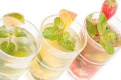 Les cocktails de Mojito se ferment vers le haut dans une rangée Photographie stock libre de droits