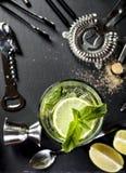 Mojitococktail het maken Ingrediënten en werktuigen Stock Afbeeldingen