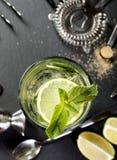 Mojitococktail het maken Ingrediënten en werktuigen Stock Afbeelding