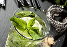 Mojitococktail het maken Ingrediënten en werktuigen Royalty-vrije Stock Afbeelding