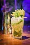Mojitococktail met Kalkplakken stock afbeeldingen
