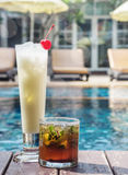 2 mojitos коктеиля и colada pina в misted стеклах на th Стоковое фото RF