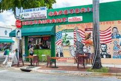 Mojitos cubani tipici del servizio del ristorante a poca Avana, Miami fotografia stock libera da diritti
