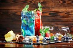 Mojitos froids avec des fraises et des myrtilles Verres de mojito et fruits sur un fond en bois Cocktails d'été Copiez l'espace photographie stock libre de droits