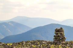Mojones o pilas de la roca en el top de la montaña que pasa por alto el hig fotografía de archivo