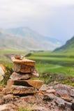 Mojones o pilas de la roca en el top del lago de desatención de la montaña en las montañas de Altai, Siberia Fotografía de archivo