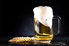 Mok bier met schuim stock afbeelding
