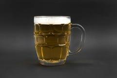 Mok bier op zwarte achtergrond Stock Foto