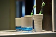Mok en tandenborstel op de plank stock foto