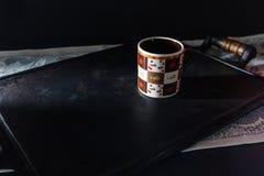 Mok hete koffie op een ijzerdienblad uitstekende stijl met exemplaarruimte stock foto