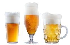 Mok ijzig bier met schuim stock afbeeldingen