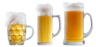 Mok ijzig bier met schuim stock afbeelding
