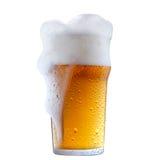 Mok ijzig bier met schuim royalty-vrije stock afbeeldingen