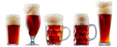 Mok ijzig donkerrood bier met schuim royalty-vrije stock afbeeldingen