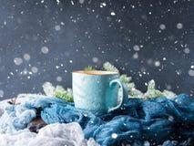 Mok koffie en melk op de donkere achtergrond van de sneeuwdaling Stock Afbeelding