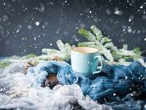 Mok koffie en melk op de donkere achtergrond van de sneeuwdaling Royalty-vrije Stock Foto