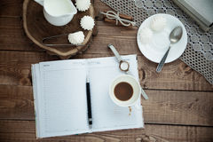 Mok koffie en schuimgebakje Stock Foto