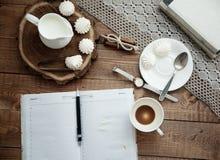 Mok koffie en schuimgebakje Royalty-vrije Stock Afbeeldingen