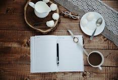 Mok koffie en schuimgebakje Stock Foto's