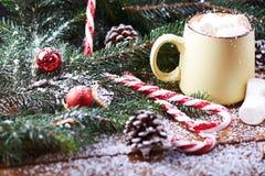 Mok met de hete houten lijst van de chocoladesneeuw Stock Foto's