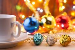 Mok met een kop in Nieuwe Year& x27; s lijst Het Stilleven van Kerstmis Nieuwe Year& x27; s speelgoed op de lijst Royalty-vrije Stock Foto's