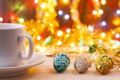 Mok met een kop in Nieuwe Year& x27; s lijst Het Stilleven van Kerstmis Nieuwe Year& x27; s speelgoed op de lijst Royalty-vrije Stock Foto
