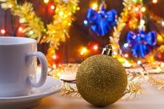 Mok met een kop in Nieuwe Year& x27; s lijst Het Stilleven van Kerstmis Nieuwe Year& x27; s speelgoed op de lijst Stock Afbeelding