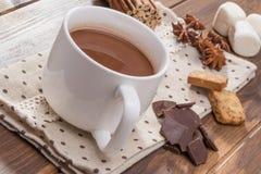 Mok met eigengemaakte hete chocolade, heemst met kruid wordt gevuld dat stock afbeeldingen