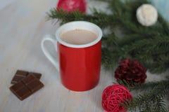 Mok met hete chocolade en Kerstmisboom wordt gevuld die Royalty-vrije Stock Foto's